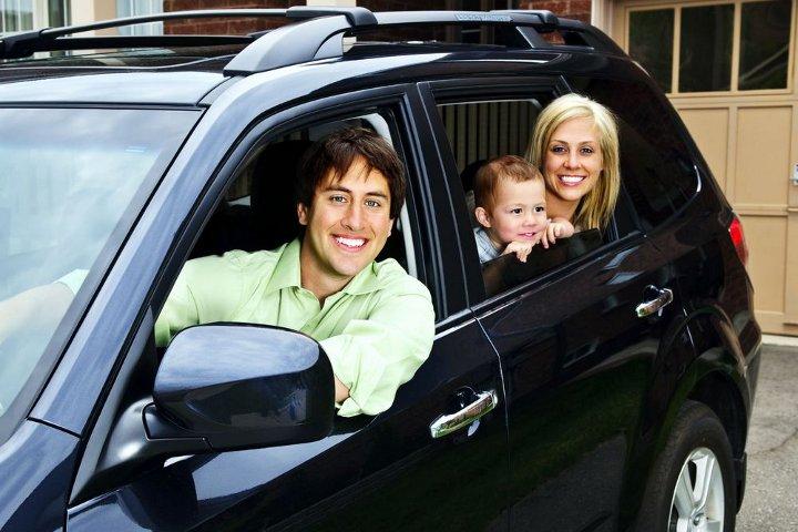 семья с ребенком в автомобиле