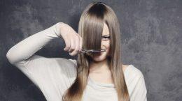 девушка обрезает себе челку