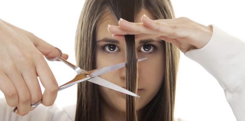 девушка отрезает прядь волос