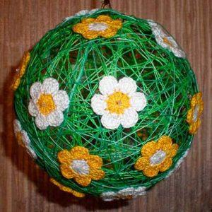Новогодний нитяной шар с цветочками