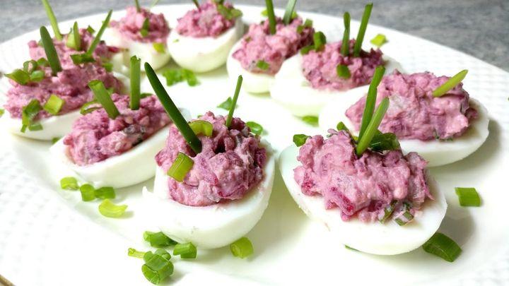 Лодочки из яиц и запеченной свеклы