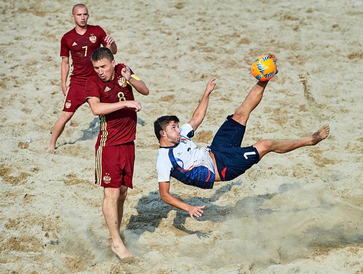 Матч по пляжному футболу