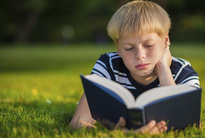 Школьник читает