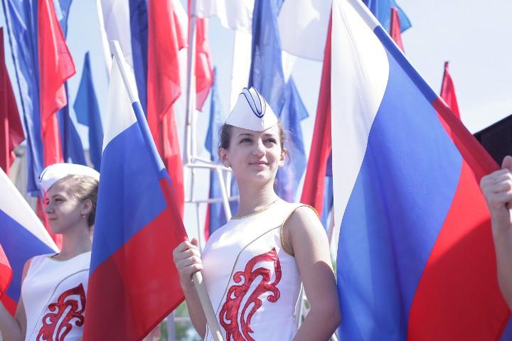 девушки с флагами России