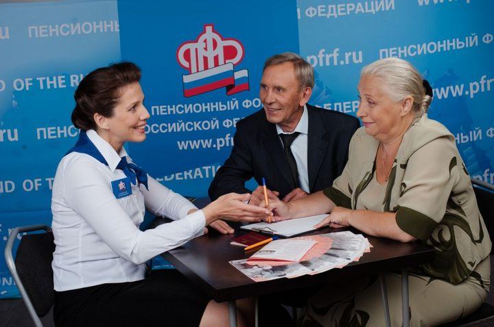 Пенсионеры в пенсионном фонде