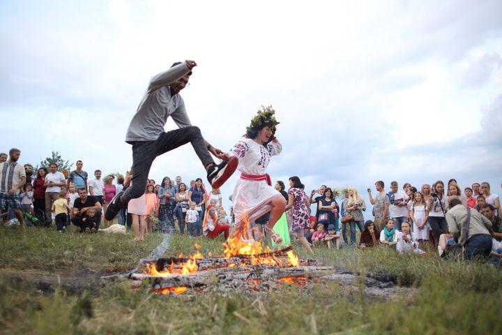 Пара прыгает через костер на Ивана Купала