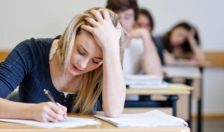 Школьники пишут итоговое сочинение