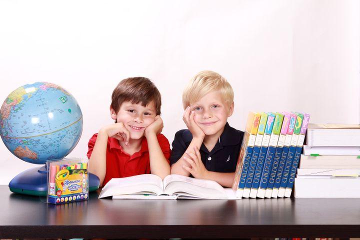 Школьники с книгами