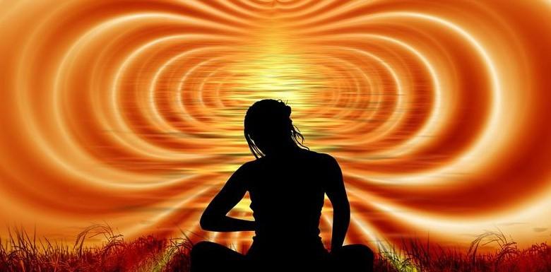 женщина на фолне солнечного излучения