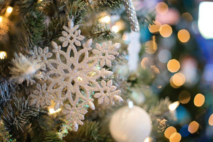 Новогодняя елка и снежинка