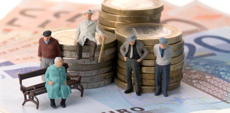 фигурки пенсионеров на фоне монет