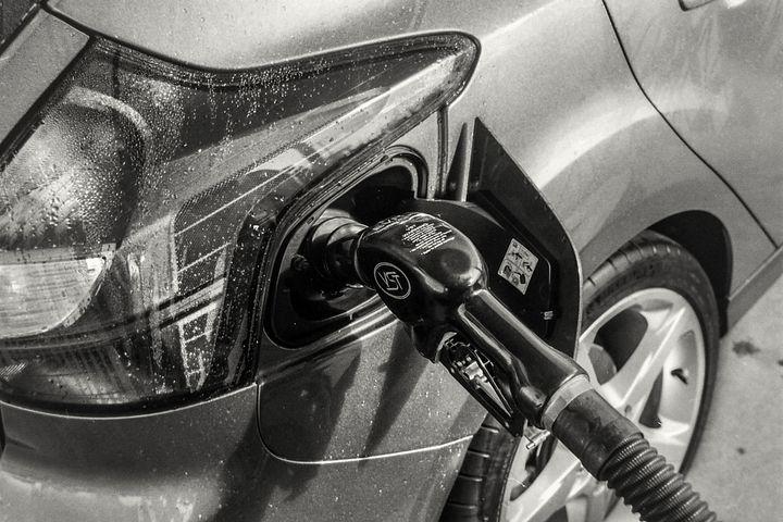 Машину заправляют бензином