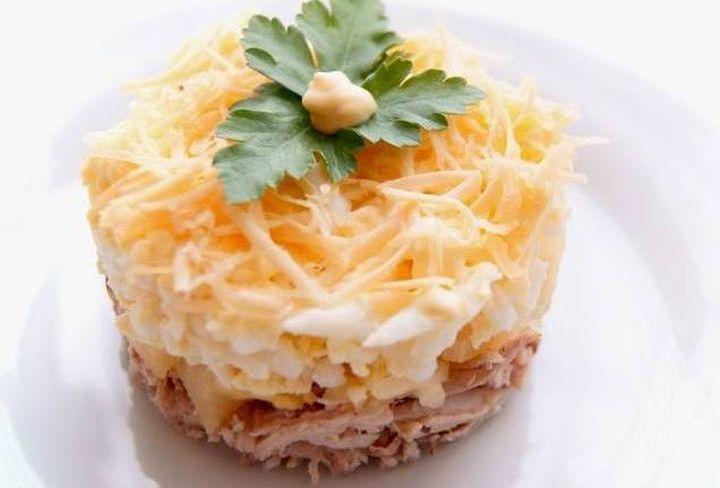 Слоеный салат из курицы и грибов