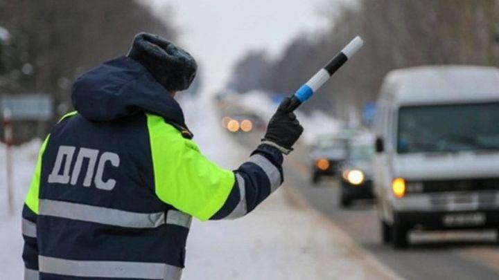 Сотрудник ГИБДД на дороге