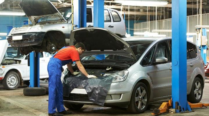 мастер осматривает автомобиль