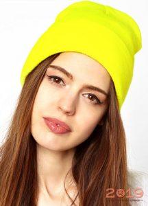 Яркая шапка-бини