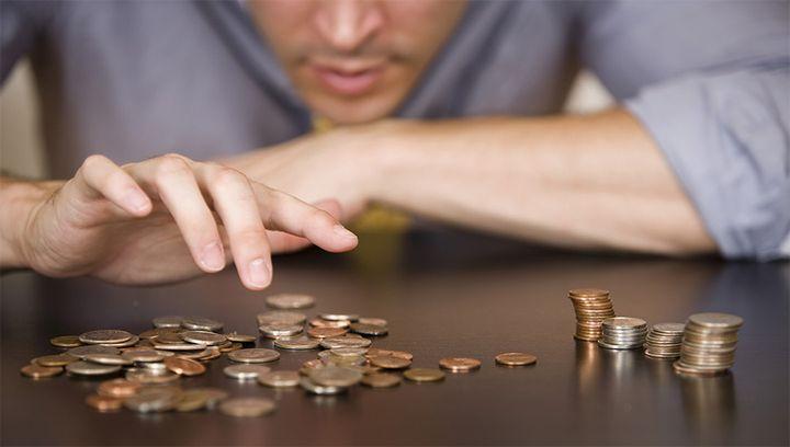 Мужчина считает монеты