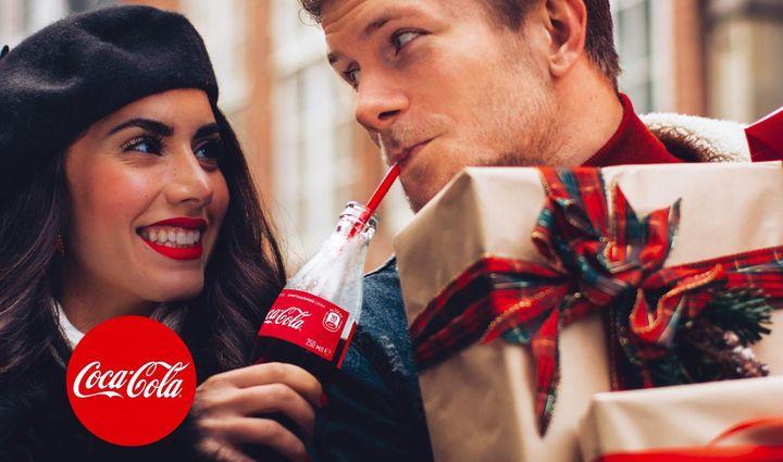 Пара пьет Кока-колу