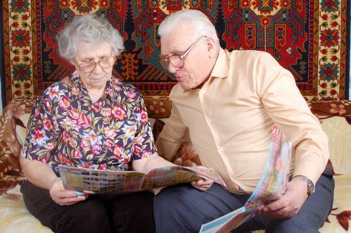 Пенсионеры читают газету