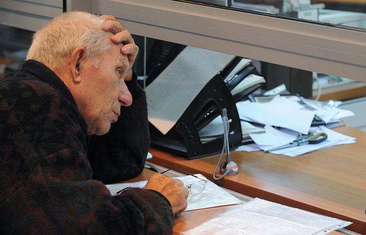 Пенсионер у окошка выдачи пенсий