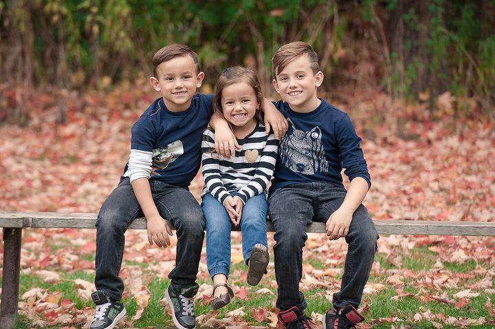 Трое детей на скамейке
