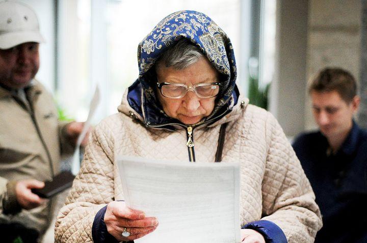 Пенсионер читает