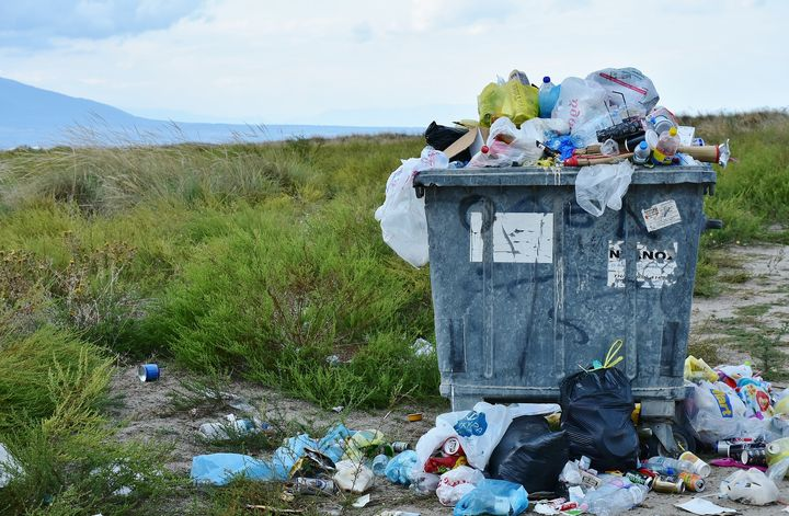 Заполненный мусорный бак