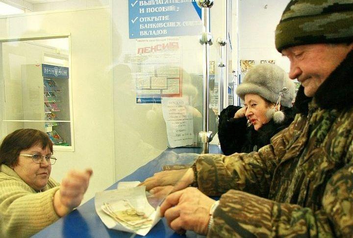 Военный пенсионер получает пенсию