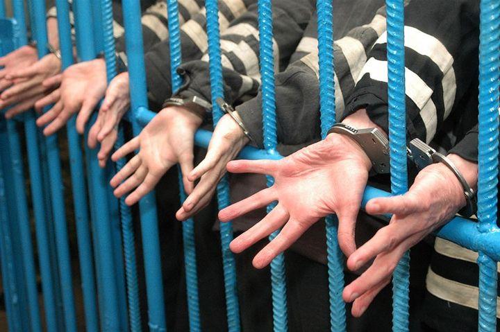 Заключенные за решеткой