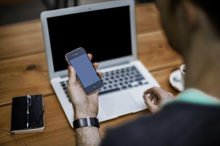 Мобильный телефон и компьютер