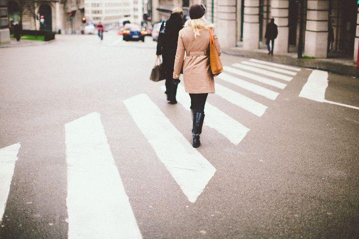 ДЕвушка на пешеходном переходе