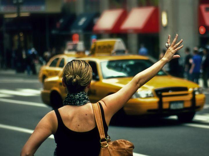 Девушка останавливает машину такси