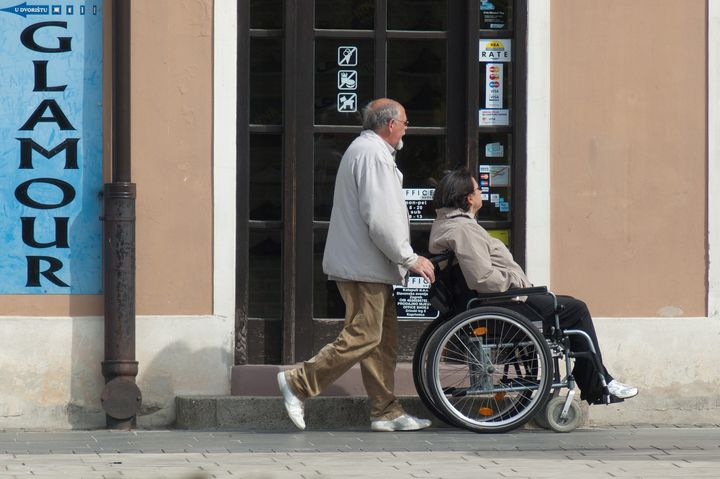 Пенсионер и инвалид-колясочник