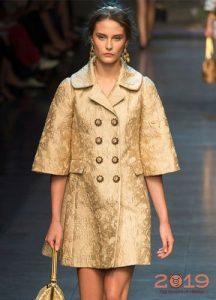 Модное пальто с коротким широким рукавом на весну 2019 года