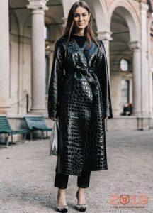 Кожаное пальто с фактурой рептилии тренд весны 2019 года