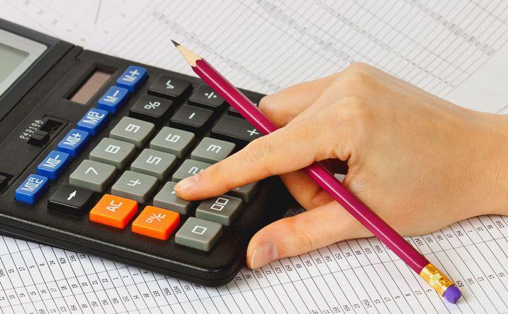 Девушка считает на калькуляторе