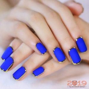 Модный дизайн ногтей 2019 в голубом цвете