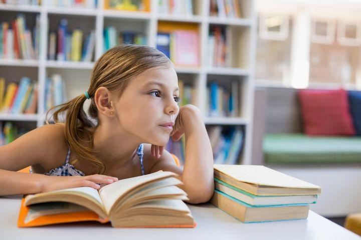 Школьница в библиотеке
