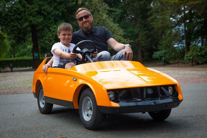 Папа и сын в машинке