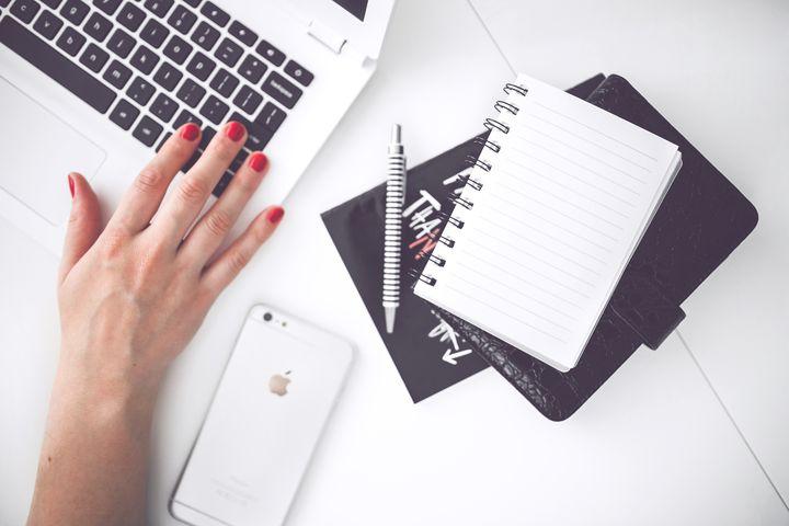 Блокнот и ручка на столе