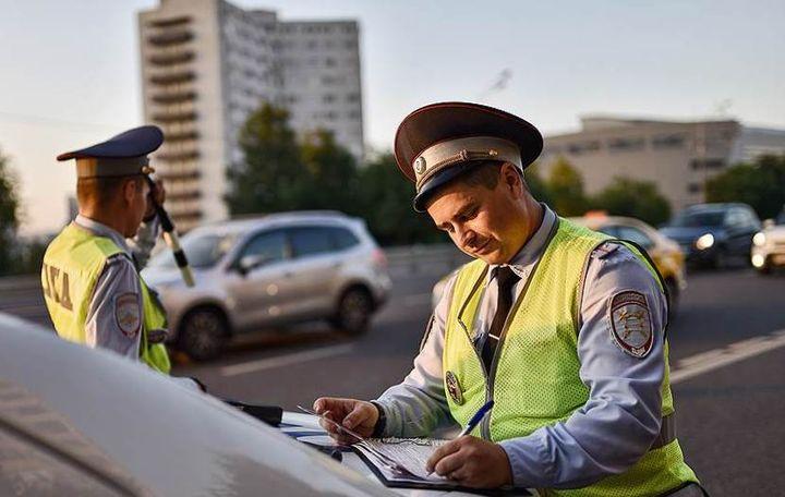 Водителю выписывают штраф