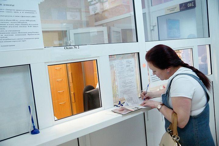 Девушка в регистратуре больницы
