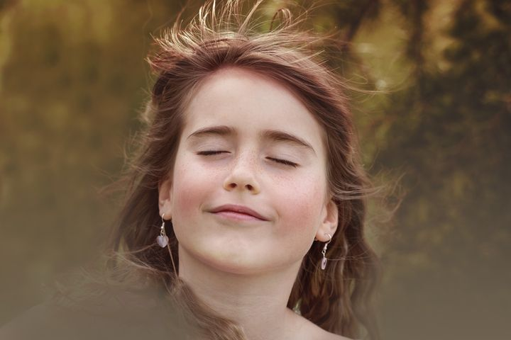 Девушка стоит на ветру