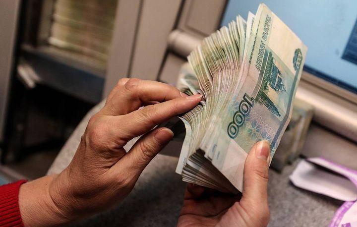 Женщина пересчитывает деньги