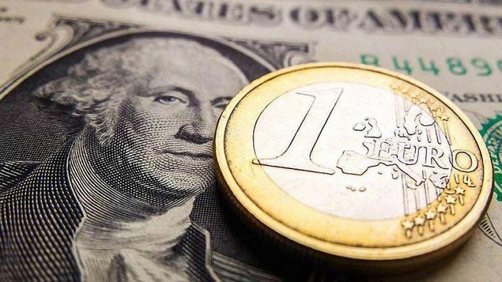 Долларовая купюра и монета евро