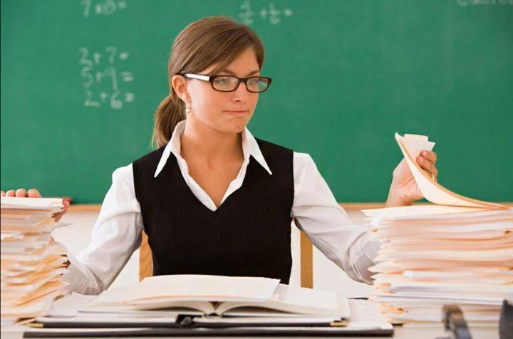 Учитель проверяет тетради