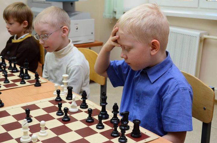 Ученики младших классов играют в шахматы