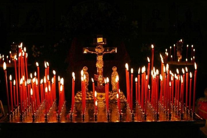 распятие в окружении свечей
