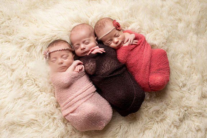 Три новорожденных девочки