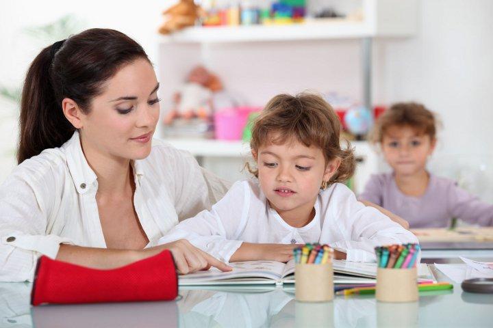 воспитательница и дети
